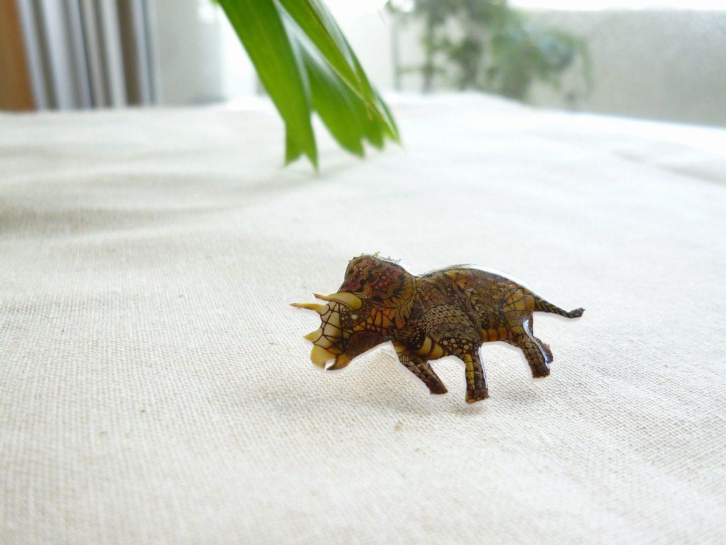 ぷっくりしたトリケラトプスの恐竜ピンバッジ