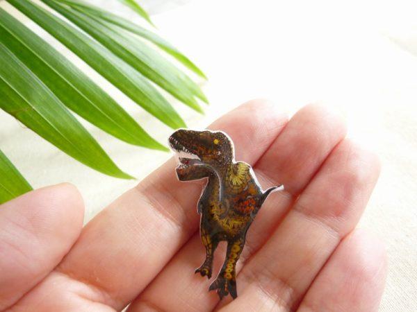 ティラノサウルス ピンバッジ 恐竜デザイン タモコタモ