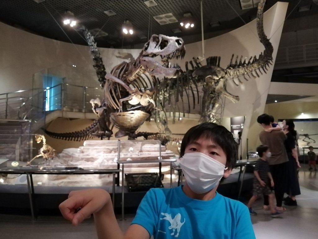 上野の科学博物館で恐竜の化石に興奮